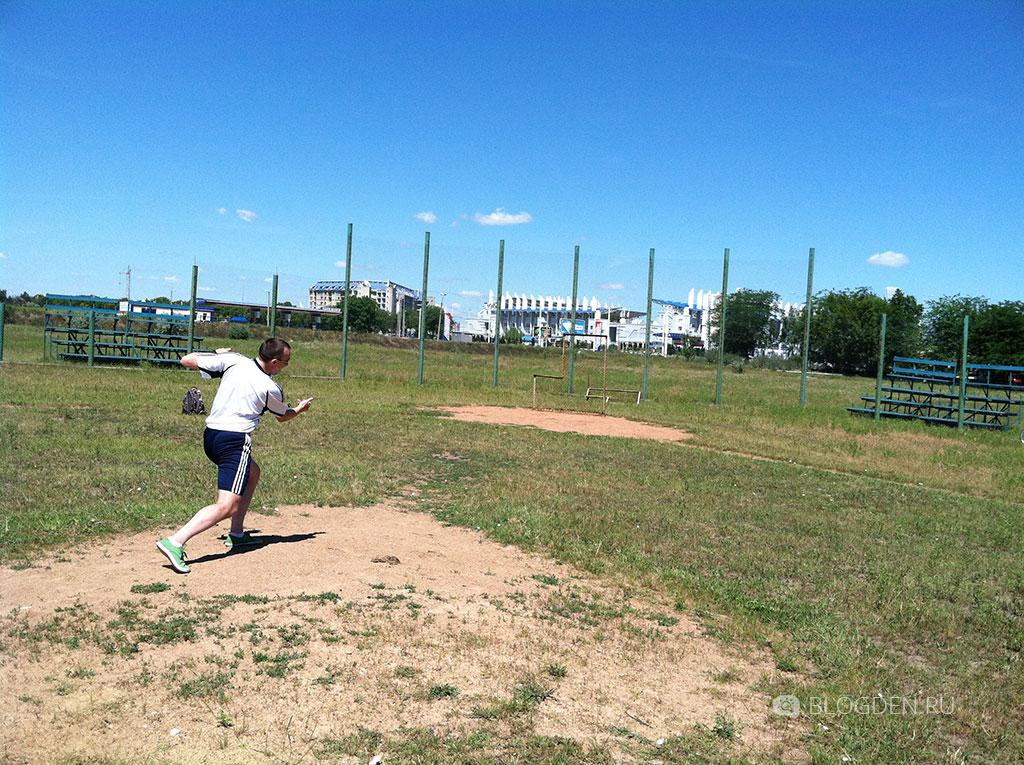 Денис бросает крученный мяч