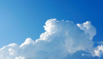 Синее небо и облака